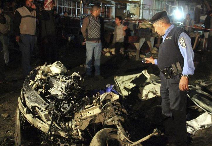 Soldados iraquíes inspeccionan el lugar de una explosión registrada en un mercado de Nayaf, al sur de Irak, el 29 de noviembre. (EFE/Foto de archivo)