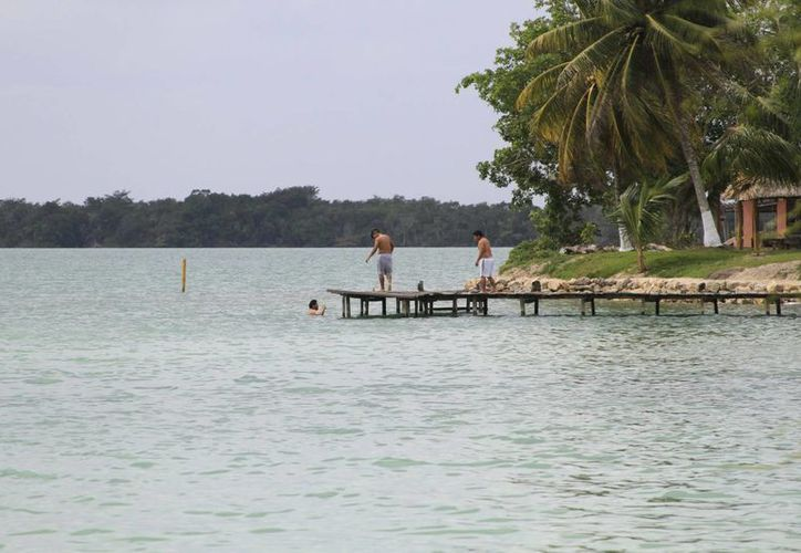 Huay-Pix cuentan con siete restaurantes especializados en mariscos, todos ellos a la orilla de la laguna. (Harold Alcocer/SIPSE)
