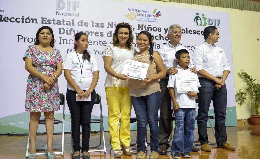 Sara Blancarte entrega a Nahaiby su constancia de mayoría de votos. (Milenio Novedades)