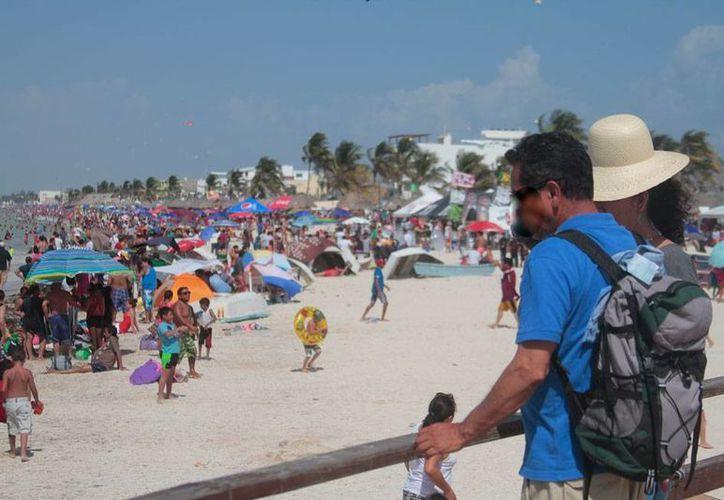 La expectativa del Gobierno en el número de visitantes a las playas del Estado es de 400 mil en fin de semana, pero hasta ahora sólo han arribado unos 150 mil. La imagen fue tomada en Progreso, el domingo 2 de agosto. (César González/Milenio Novedades)