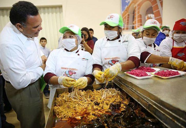 Ayer, el Gobernador atestiguó el regreso a Yucatán del récord Guinness de la cochinita pibil más grande del mundo. (Cortesía)