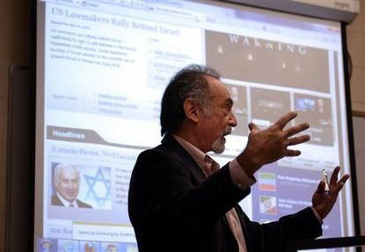 Stuart Charmé, profesor de teología en Rutgers-Camden, impartiendo clases. (Agencias)