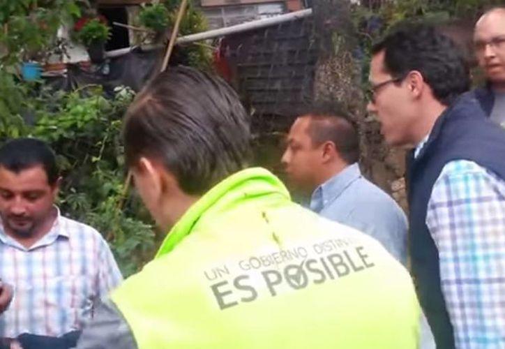 """""""Soy diputado federal, ¿me puedes detener?"""", retó Fernando Zárate (der camisa de cuadros con chaleco) a un funcionario delegacional (izq) luego de agredirlo. (Captura de pantalla YouTube)."""