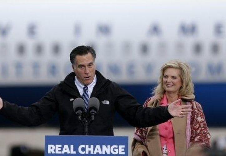 Romney, en la imagen con su esposa Ann, no ha incluido su religión en sus actos de campaña por la Presidencia de los Estados Unidos. (Agencias)