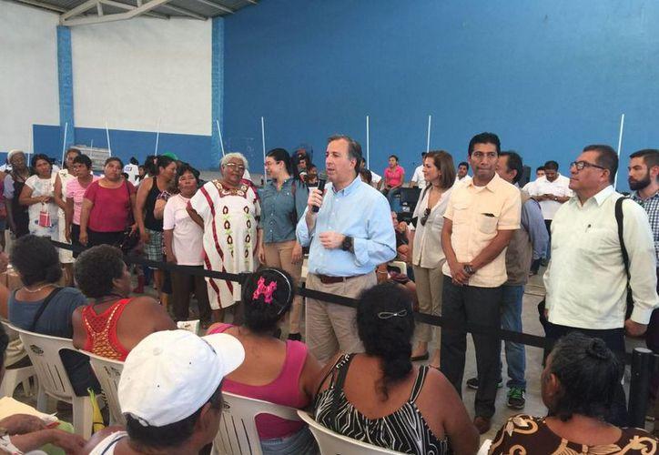 El secretario de Desarrollo Social, José Antonio Meade, realizó un recorrido por el municipio de Villa de Tututepec, en donde verificó la entrega del televisor número 9.7 millones. (Notimex)