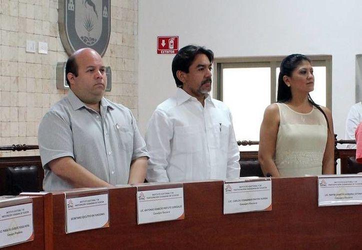 El consejero Antonio Matute González (i) señala que los candidatos ciudadanos tienen derecho a recursos. (Milenio Novedades)
