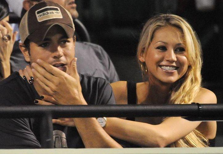 El cantante español y Anna Kournikova (d) observan un partido del abierto de tenis Sony Ericsson en Cayo Vizcaíno, Florida. (EFE/Archivo)