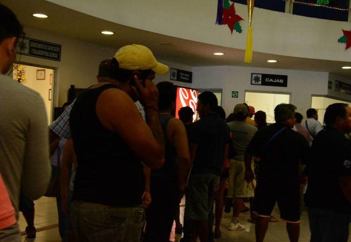 Las largas filas son lentas en las cajas registradoras. (Victoria González/SIPSE)