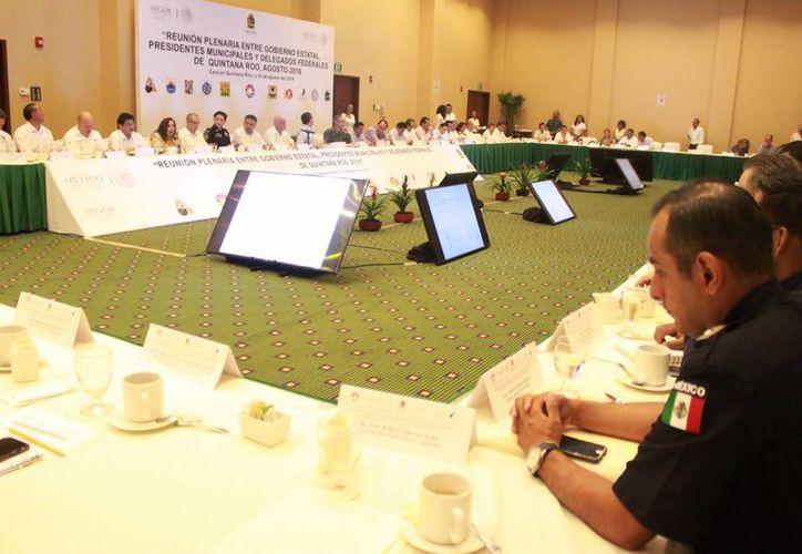 Los presidentes municipales electos, los salientes y los delegados del gobierno federal durante una reunión. (Luis Soto/SIPSE)