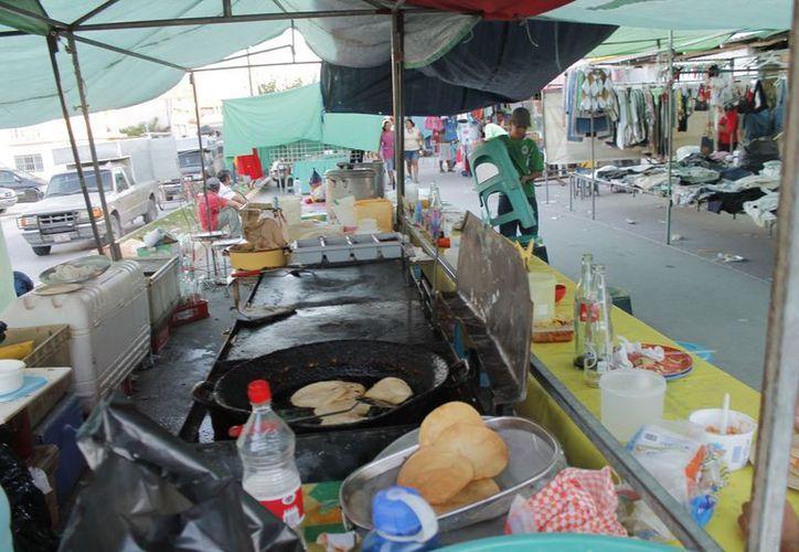 Mil 700 negocios de comida están establecidos en los tianguis populares. (Jesús Tijerina/SIPSE)