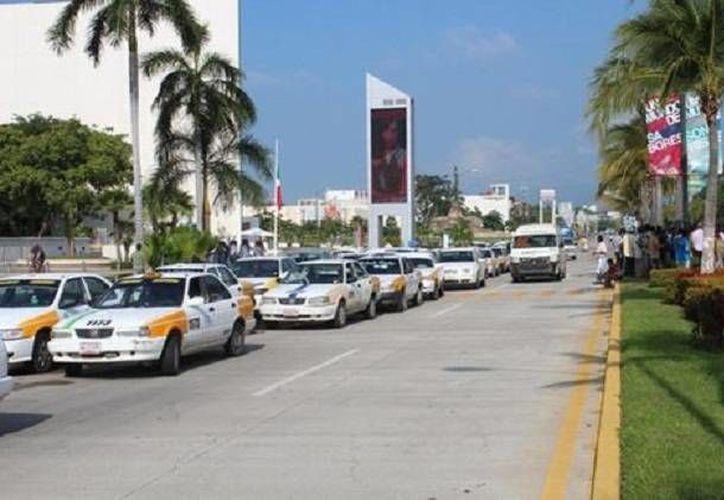 Taxistas ayudaron a policías y militares en la vigilancia en Acapulco ante la posible movilización de normalistas. (Milenio)