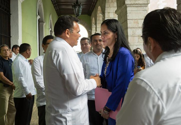 Lía Limón García, subsecretaria de Asuntos Jurídicos y Derechos Humanos de la Segob, y el gobernador de Yucatán, Rolando Zapata Bello. (SIPSE)