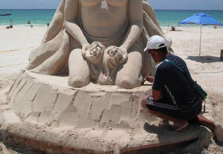 José Luis González esculpe sascab y arena, aunque este último elemento le ha sido prohibido por la Zofemat desde hace un año. (Adrián Barreto/SIPSE)