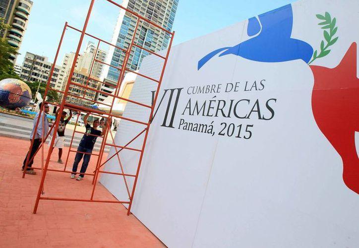 Varias personas trabajan en los preparativos para la VII Cumbre de las Américas, en el centro de convenciones Atlapa en la Ciudad de Panamá. (EFE)