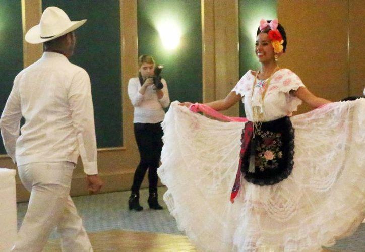 La Secretaría de turismo de Veracruz llegó a Mérida para presentar los atractivos del Estado a operadores turísticos de Yucatán. Imagen de la presentación de los bailes típicos veracruzanos. (José Acosta/Milenio Novedades)