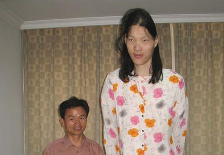 El Libro Guinness de los Récords certificó en enero de 2010 que Yao era la mujer más alta con vida. (Agencias)