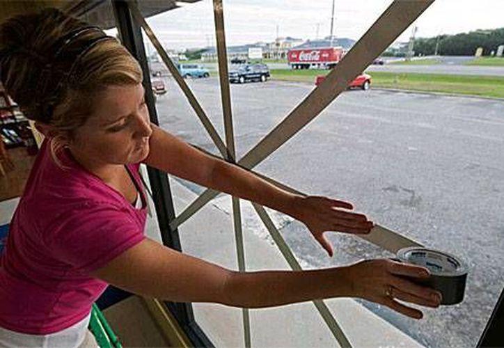 La colocación de la cinta adhesiva en las ventanas puede provocar que los vidrios se rompan en fragmentos más grandes. (Contexto/Internet)