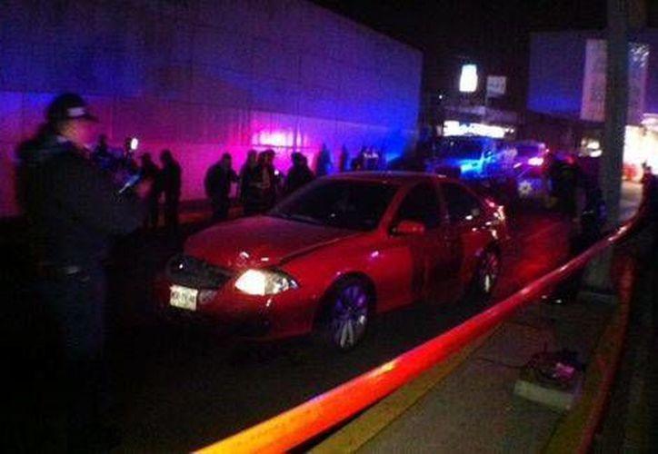 Uno de los criminales quedó muerto dentro del vehículo robado con sus cómplices. (Milenio)