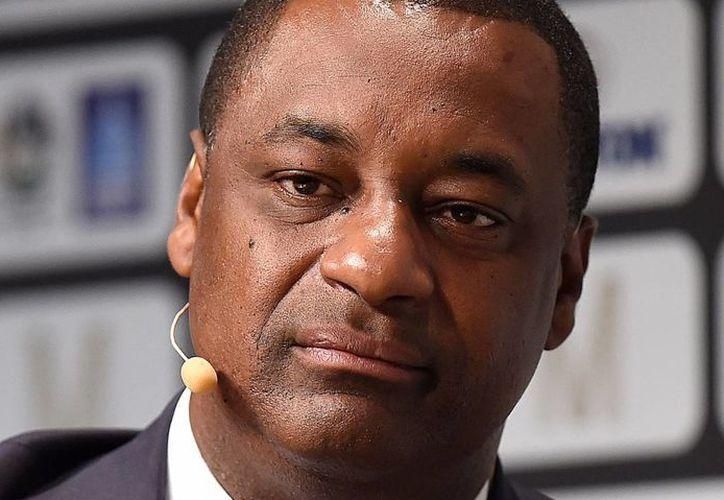 Jeffrey Webb, de 50 años, originario de las Islas Caimán y que tiene además la nacionalidad británica, fue liberado con una fianza de 10 millones de dólares tras ser acusado de corrupción dentro de la FIFA.  En la foto Webb durante una conferencia sobre racismo en el fútbol inglés. (theguardian.com)