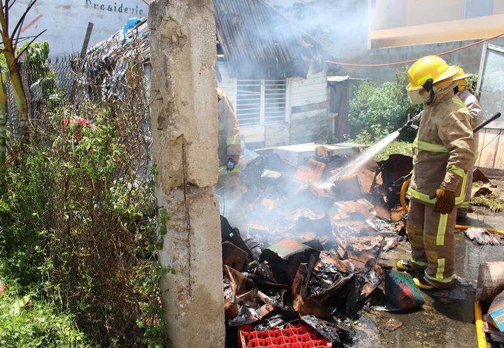 Los bomberos llegaron al lugar rápidamente y sofocaron el incendio en poco tiempo. (Redacción/SIPSE)