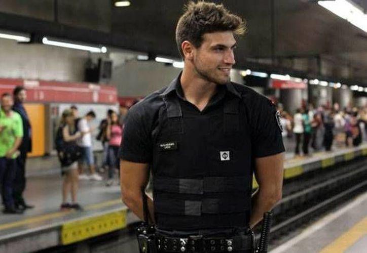 Decenas de mujeres se pasean por el metro de Sao Paulo con tal de ver a Guilherme Leão. (Milenio)