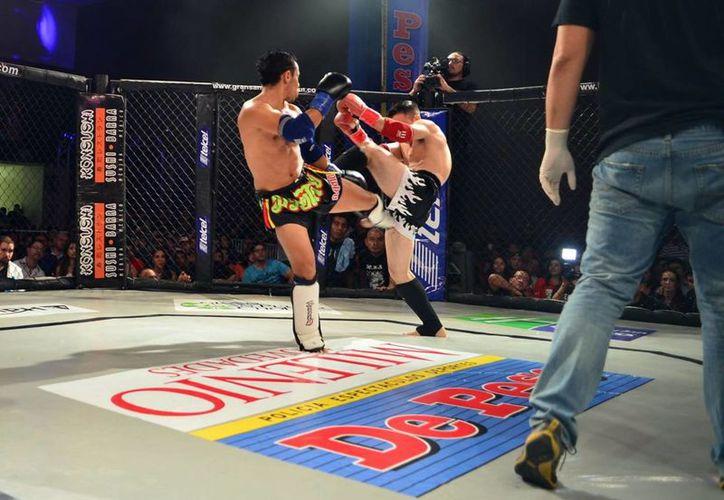 Espectaculares giros ofrecieron los combatientes ayer en la magna función de artes marciales mixtas, en el Centro de Convenciones Siglo XXI. (Milenio Novedades)