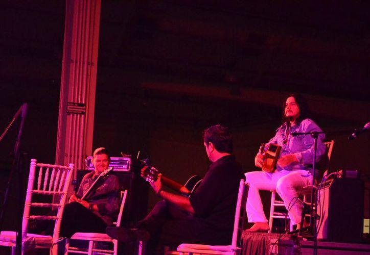 El guitarrista Paco Rentería deleitó a los presentes con grandes éxitos. (Theany Ruiz/SIPSE)