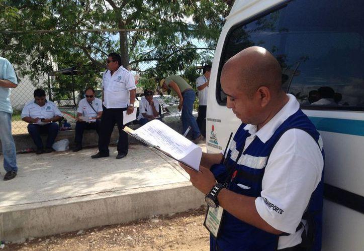 Los choferes y las unidades de transporte público de Solidaridad fueron sometidos a una revisión. (Adrián Barreto/SIPSE)