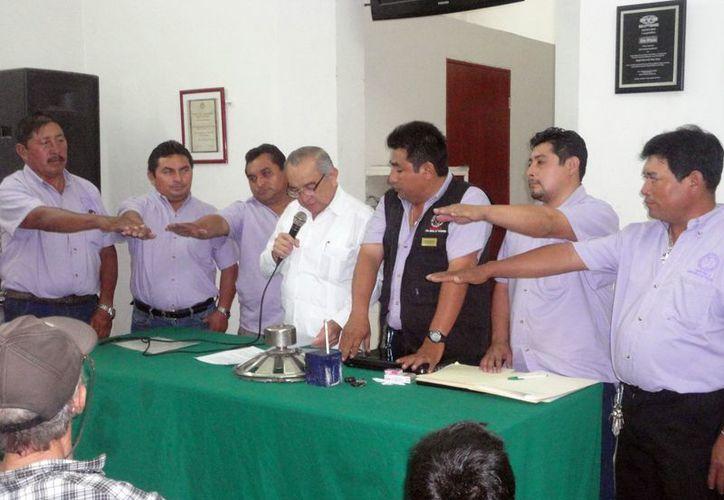 Los secretarios de Actas, Conflictos y el Tesorero entregaron un reconocimiento al secretario General, Ángel May Sosa. (SIPSE)
