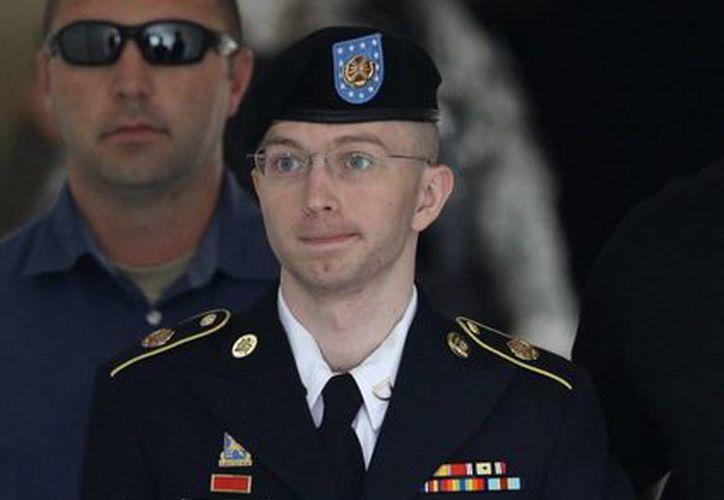 Manning es escoltado fuera del tribunal en Fort Meade, Maryland tras recibir su veredicto. (Agencias)