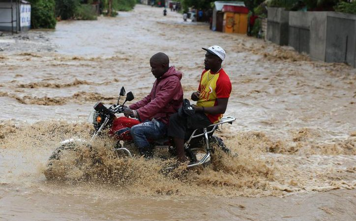 El impacto del huracán Matthew causó severas inundaciones en Haití, donde tuvieron que posponerse nuevamente las elecciones presidenciales. (EFE)