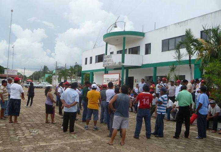Los trabajadores continúan en plantón en frente del Ayuntamiento. (Raúl Balam/SIPSE)