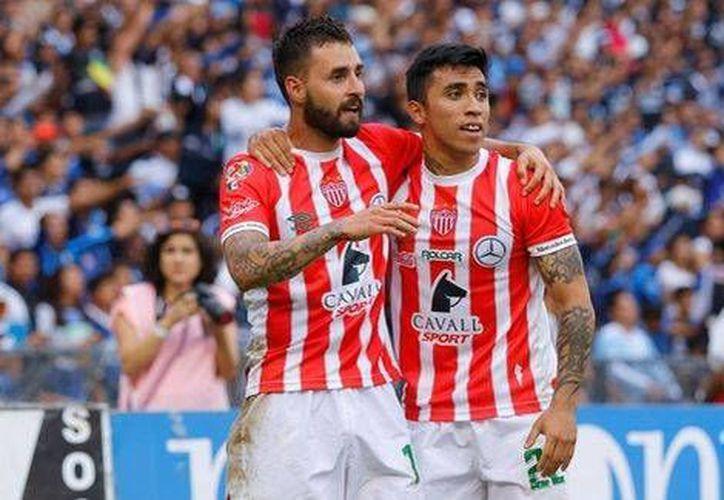 Necaxa visita este domingo a Pumas, sin la presencia ofensiva del chileno Edson Puch(d), quien se encuentra recuperando de una lesión.(Foto tomada de Mediotiempo)