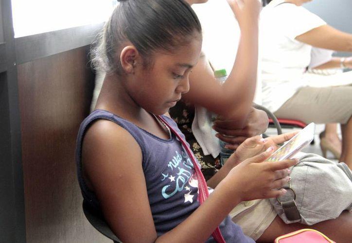 Los niños pueden sufrir padecimientos ocasionados por el uso excesivo de las tablets. (Tomás Álvarez/SIPSE)