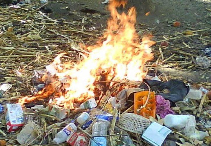 Ante la arraigada costumbre de quemar basura en las viviendas de zonas rurales, autoridades intensificarán la vigilancia.  (Javier Ortiz/SIPSE)