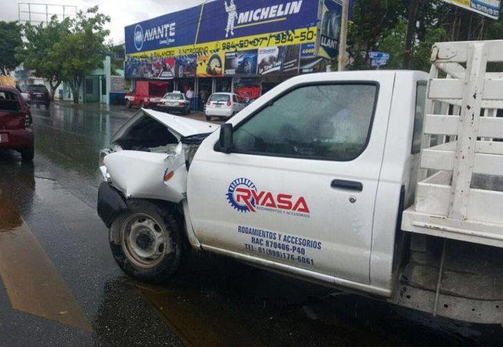 Al menos cinco accidentes de tránsito se registraron este martes en Mérida debido a indebidas maneras de conducir bajo la lluvia. La foto corresponde a un percance en la avenida Itzaes. (Aldo Pallota/SIPSE)