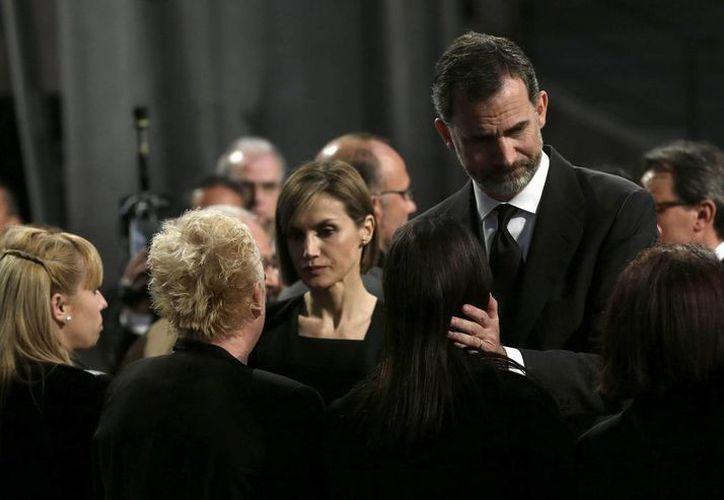 Felipe VI y su esposa dieron el pésame a los familiares de las víctimas acompañados del presidente Rajoy y el titular del gobierno catalán. (AP)