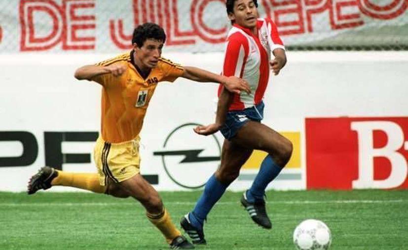 El exfutbolista paraguayo Roberto Cabañas (d), mundialista en 1986, perdió la vida a los 55 años. (Foto: AFP)
