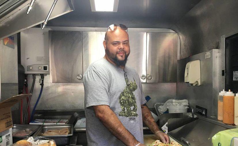 """Fotografía en Boca Ratón, Florida, EU, de Yamel Pérez, cocinero del """"Key West Conch Shack & Grill"""". (EFE)"""