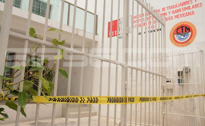 Para sacar del local del Sitatyr equipo electrónico ingresaron por la puerta trasera. (Victoria González/SIPSE)