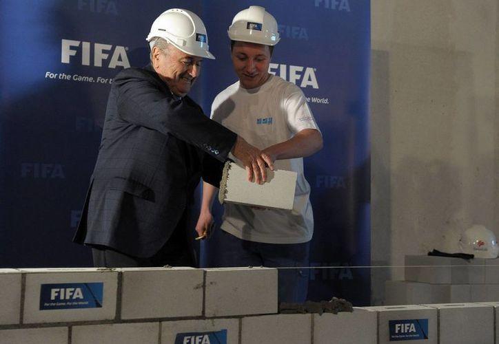 Blatter ha trabajo durante varios años en el proyecto del museo de la FIFA. (Agencias)