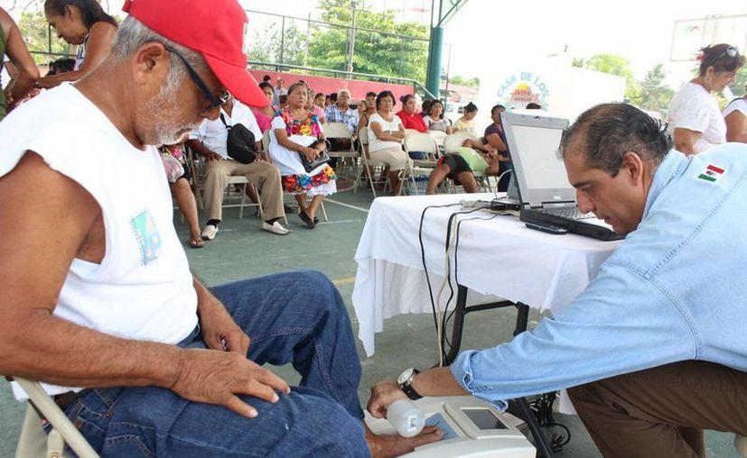 La alimentación de las personas es importante contrarrestar la pérdida de calcio en huesos. (Javier Ortiz/SIPSE)