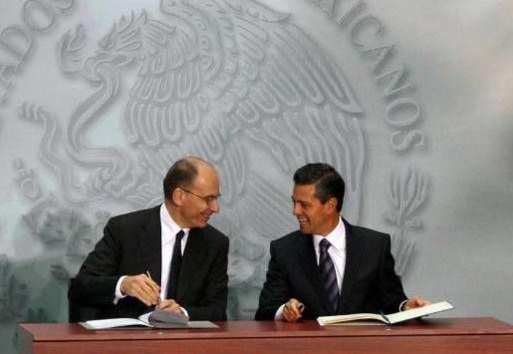 El presidente Enrique Peña Nieto y el primer ministro de Italia, Enrico Letta, tras atestiguar la firma de diversos acuerdos. (Presidencia)