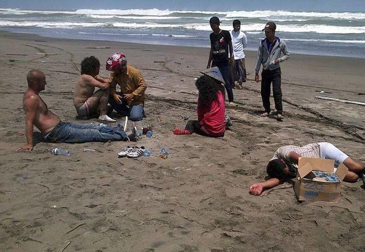 Familiares buscan sobrevivientes en la línea costera. (Imagen de contexto/Agencias)
