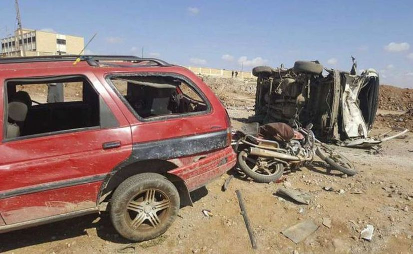 En esta imagen, proporcionada por la agencia de noticias Thiqa, se ve a dos autos dañados después de que un agresor suicida se inmoló este día en su camioneta frente a una oficina de seguridad en la localidad de Sousian, en Siria. (Thiqa News Agency, via AP)