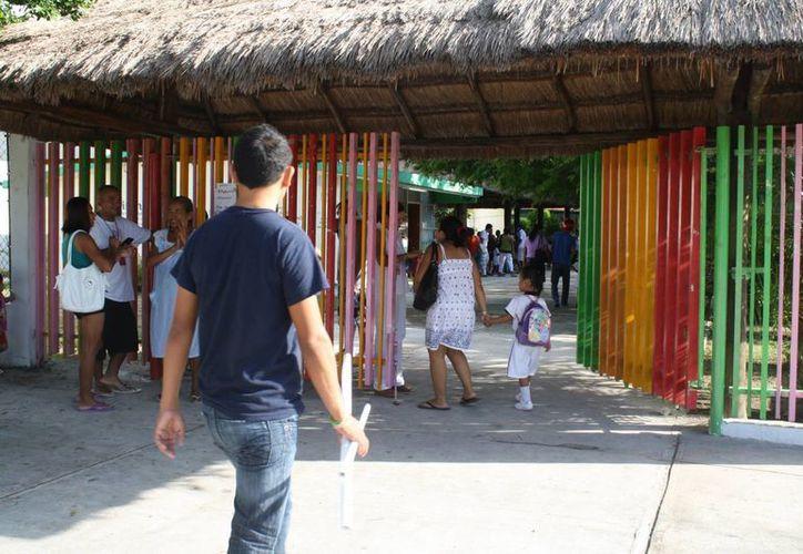 Realizan entrega de útiles de manera simbólica en el primer día de clases. (Loana Segovia/SIPSE)