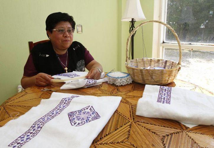 Guadalupe López Hernández dedica cuatro horas diarias al bordado de la mitra que usará el Papa Francisco en su visita a México. (Notimex)