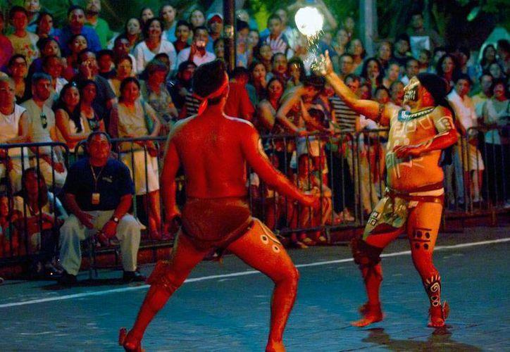 El juego de pelota maya conocido como pok ta pok es ya 'materia de estudio' en telesecundarias de Yucatán. La imagen es de una exhibición con fines turísticos, en Mérida. (Notimex/Archivo)