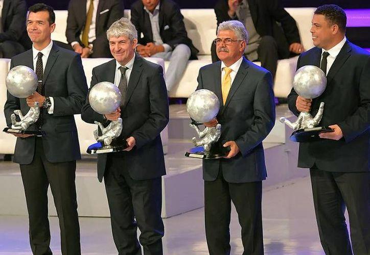 El mexicano Jared Borgetti, el italiano Paolo Rossi, el brasileñlo 'Tuca' Ferretti y el brasileño Ronaldo posan con sus trofeos del Salón de la Fama.  (Mexsport)