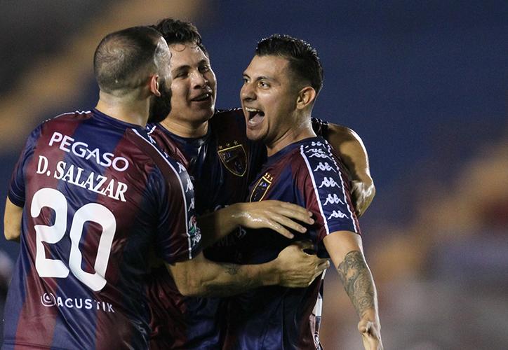 """La jugada más espectacular de la primera mitad, fue la descolgada de Gerardo """"Kampa"""" Ruiz. (Redacción)"""